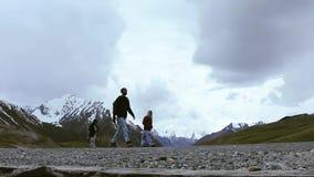 Ταξιδιώτης που περπατά στο δρόμο στα βουνά κοντά στο πέρασμα Khunjerab, σύνορα του Πακιστάν Κίνα απόθεμα βίντεο