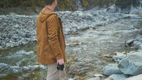 Ταξιδιώτης που φωτογραφίζει τις φυσικές απόψεις στο δάσος από τον ποταμό βουνών Άτομο που πυροβολεί τις γραφικές απόψεις Ο τύπος  φιλμ μικρού μήκους