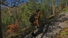 Ταξιδιώτης που φωτογραφίζει τις φυσικές απόψεις στο δάσος από το βουνό Άτομο που πυροβολεί τις γραφικές απόψεις Ο τύπος παίρνει τ απόθεμα βίντεο