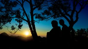 Ταξιδιώτης σκιαγραφιών με τη θέα βουνού στοκ εικόνες