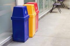 Ταξινομήστε τα δοχεία για ανακύκλωσης στοκ φωτογραφίες με δικαίωμα ελεύθερης χρήσης