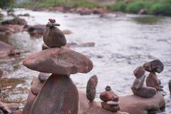 Ταξινομήστε τους βράχους στον ποταμό, με το υπόβαθρο θαμπάδων στοκ εικόνες με δικαίωμα ελεύθερης χρήσης