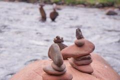 Ταξινομήστε τους βράχους στον ποταμό, με το υπόβαθρο θαμπάδων στοκ φωτογραφίες με δικαίωμα ελεύθερης χρήσης
