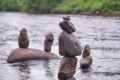 Ταξινομήστε τους βράχους στον ποταμό, με το υπόβαθρο θαμπάδων στοκ εικόνα