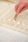 Ταξινομώντας χάπια στοκ εικόνες με δικαίωμα ελεύθερης χρήσης