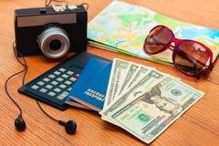 Ταξιδιού καθορισμένος διαβατηρίων υπολογιστής γυαλιών ηλίου οδικών χαρτών καμερών σημειωματάριων χρημάτων κενός, ακουστικά Καλοκα Στοκ φωτογραφία με δικαίωμα ελεύθερης χρήσης