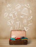 Ταξιδιωτικές αποσκευές με συρμένα τα χέρι ενδύματα και τα εικονίδια Στοκ Εικόνες