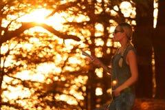 Ταξιδιωτική γυναίκα στο δάσος Στοκ Εικόνες
