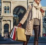 Ταξιδιωτική γυναίκα Piazza del Duomo που εξετάζει την απόσταση Στοκ εικόνες με δικαίωμα ελεύθερης χρήσης