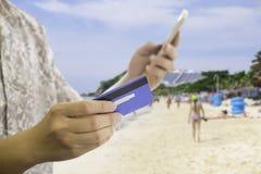 Ταξιδιωτική πληρωμή on-line με την πιστωτική κάρτα στοκ εικόνα
