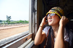 Ταξιδιωτική ταϊλανδική γυναίκα στο τραίνο σιδηροδρόμων στην Ταϊλάνδη Στοκ εικόνα με δικαίωμα ελεύθερης χρήσης