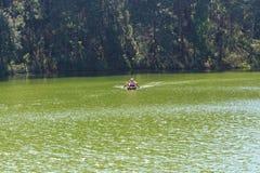 Ταξιδιωτική χαλάρωση στο σύνολο μπαμπού στη λίμνη brigt Στοκ Φωτογραφίες