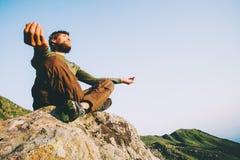 Ταξιδιωτική meditating γιόγκα ατόμων στα βουνά Στοκ φωτογραφίες με δικαίωμα ελεύθερης χρήσης