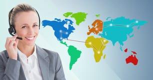 Ταξιδιωτικός πράκτορας με την κάσκα ενάντια στο χάρτη με τα φω'τα και το μπλε υπόβαθρο Στοκ Εικόνα