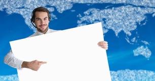Ταξιδιωτικός πράκτορας με τη μεγάλη κενή κάρτα ενάντια στο χάρτη με τα σύννεφα και το μπλε υπόβαθρο Στοκ εικόνα με δικαίωμα ελεύθερης χρήσης