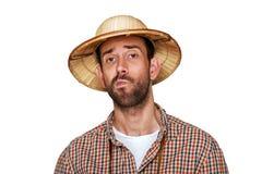 Ταξιδιωτικό άτομο με το καπέλο εξερευνητών και το πουκάμισο οδοιπόρων, που σκέφτονται απομονωμένα στοκ εικόνες με δικαίωμα ελεύθερης χρήσης