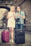 Ταξιδιώτες ζεύγους που κρατούν το χάρτη στοκ εικόνα