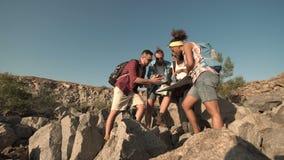 Ταξιδιώτες με το χάρτη στη φύση απόθεμα βίντεο
