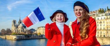 Ταξιδιώτες μητέρων και κορών στο Παρίσι, Γαλλία που παρουσιάζει σημαία Στοκ εικόνες με δικαίωμα ελεύθερης χρήσης