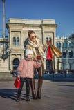 Ταξιδιώτες μητέρων και παιδιών στο Μιλάνο που δείχνουν σε κάτι Στοκ Φωτογραφίες