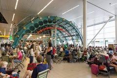 Ταξιδιώτες που έχουν ένα πρόχειρο φαγητό Στοκ φωτογραφία με δικαίωμα ελεύθερης χρήσης