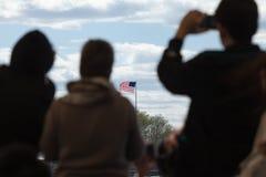 Ταξιδιώτες που εξετάζουν την αμερικανική σημαία στοκ εικόνες