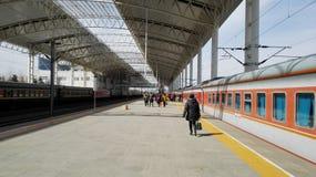 Ταξιδιώτες που περιμένουν στην πλατφόρμα (Κίνα) στοκ φωτογραφία με δικαίωμα ελεύθερης χρήσης