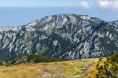 Ταξιδιώτες στα καπέλα σε ένα ίχνος στα βουνά Στοκ φωτογραφίες με δικαίωμα ελεύθερης χρήσης