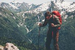Ταξιδιώτης ατόμων με την οδοιπορία σακιδίων πλάτης στα βουνά στοκ εικόνα