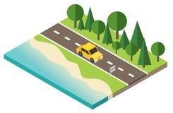 Ταξιδιώτης αυτοκινήτων στο δρόμο κοντά στην παραλία και το δάσος Στοκ Φωτογραφία