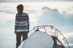 Ταξιδιώτης γυναικών στη στρατοπέδευση κορυφών και σκηνών βουνών Στοκ Εικόνες