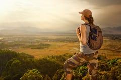 Ταξιδιώτης με τη χαλάρωση σακιδίων πλάτης πάνω από το βουνό και την απόλαυση Στοκ εικόνα με δικαίωμα ελεύθερης χρήσης