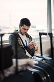 Ταξιδιώτης με το τηλέφωνο Στοκ φωτογραφία με δικαίωμα ελεύθερης χρήσης