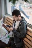 Ταξιδιώτης με το τηλέφωνο Στοκ Φωτογραφίες