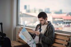 Ταξιδιώτης με το χάρτη Στοκ φωτογραφία με δικαίωμα ελεύθερης χρήσης