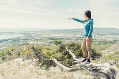 Ταξιδιώτης που δείχνει σε κάτι Στοκ φωτογραφίες με δικαίωμα ελεύθερης χρήσης