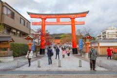 Ταξιδιώτης που περπατά στη λάρνακα Fushimi Inari Taisha Στοκ φωτογραφίες με δικαίωμα ελεύθερης χρήσης