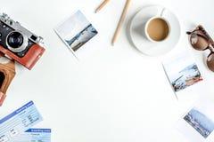 Ταξιδιώτης που τίθεται με καφέ και καμερών την άσπρη χλεύη άποψης υποβάθρου τοπ επάνω Στοκ Φωτογραφίες