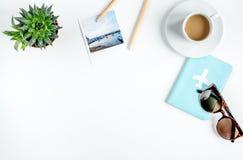 Ταξιδιώτης που τίθεται με καφέ και καμερών την άσπρη χλεύη άποψης υποβάθρου τοπ επάνω Στοκ φωτογραφία με δικαίωμα ελεύθερης χρήσης