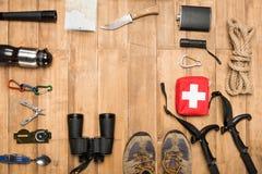 Ταξιδιώτης που τίθεται στο ξύλινο υπόβαθρο Στοκ φωτογραφίες με δικαίωμα ελεύθερης χρήσης