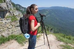 Ταξιδιώτης που φαίνεται η φύση από το υψηλό βουνό με την επισήμανση του πεδίου, τρίποδο διοπτρών στοκ εικόνες με δικαίωμα ελεύθερης χρήσης