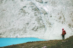 Ταξιδιώτης στα μπλε βουνά λιμνών με την πεζοπορία σακιδίων πλάτης Στοκ εικόνα με δικαίωμα ελεύθερης χρήσης
