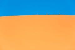 Ταξιδιώτης στην έρημο, ενεργός οδοιπορία ζευγών στις καυτές αμμώδεις άγρια περιοχές στοκ εικόνες