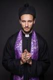 Ταπεινός ιερέας με το χριστιανικό σταυρό Στοκ Φωτογραφίες