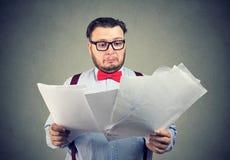 Ταραγμένα έγγραφα ανάγνωσης επιχειρησιακών ατόμων Στοκ εικόνα με δικαίωμα ελεύθερης χρήσης