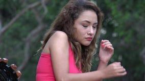 Ταραγμένη έντρομη μόνη γυναίκα απόθεμα βίντεο
