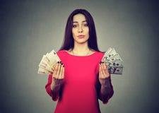 Ταραγμένη γυναίκα με τα τραπεζογραμμάτια νομίσματος ευρώ και δολαρίων Στοκ φωτογραφία με δικαίωμα ελεύθερης χρήσης