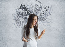 Ταραγμένη γυναίκα με το smartphone Στοκ Εικόνα