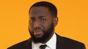 Ταραγμένος αφροαμερικανός διευθυντής στο κοστούμι που απαξιεί τους ώμους, αναρμόδιος υπάλληλος απόθεμα βίντεο