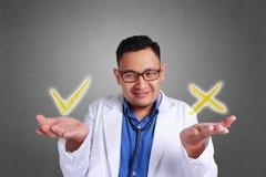 Ταραγμένος γιατρός που προσπαθεί να αποφασίσει στοκ φωτογραφία
